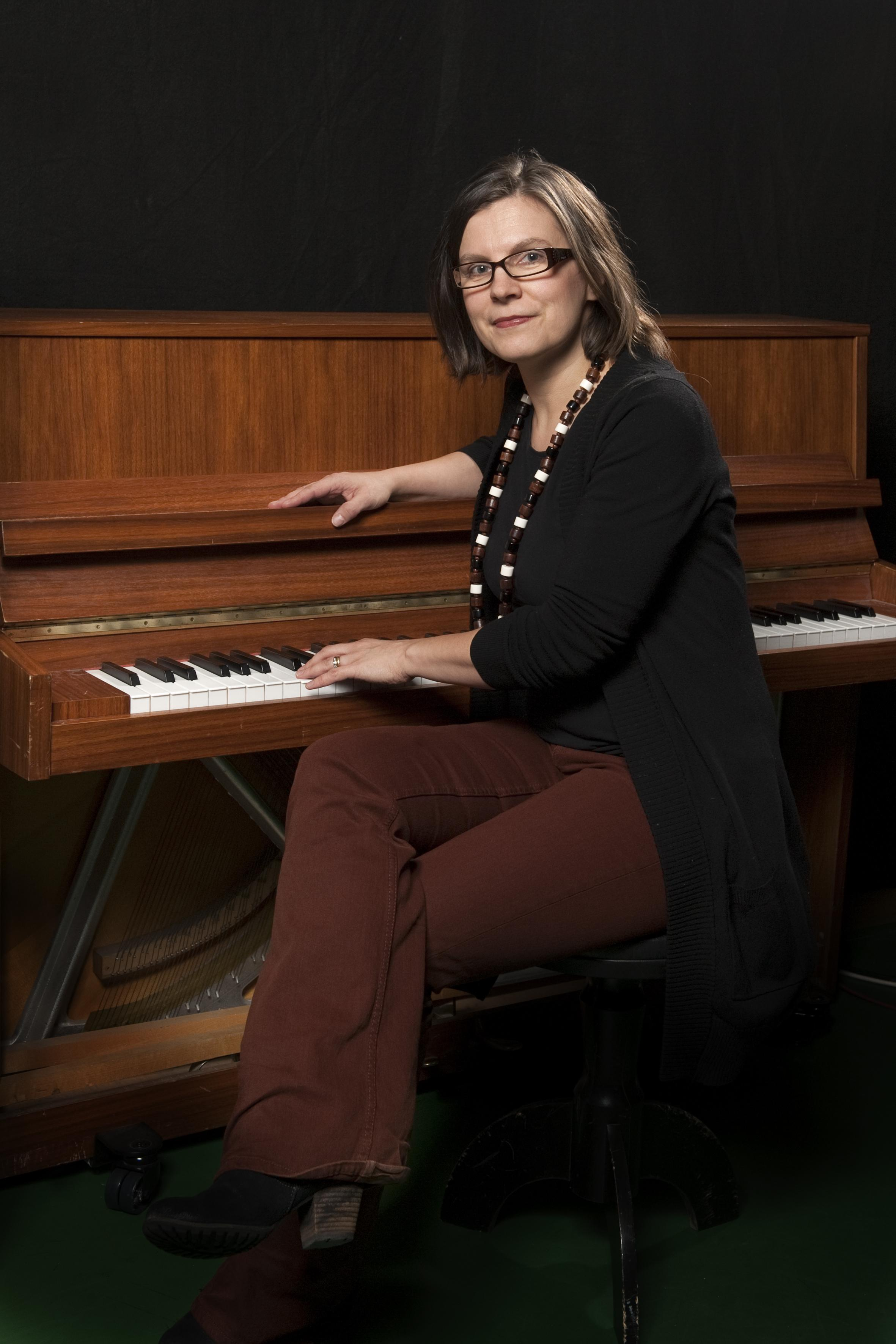 Ani Hassinen : Bändilinjan vastuuopettaja, piano